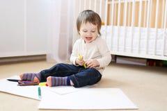 Un'età del bambino di 18 mesi di pitture con le penne Fotografia Stock