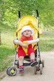 Un'età del bambino di 9 mesi sul carrozzino Fotografie Stock Libere da Diritti