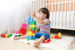 Un'età del neonato di 22 mesi che giocano i giocattoli a casa Fotografie Stock Libere da Diritti