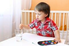 Un'età del ragazzino di 22 mesi con le pitture Fotografia Stock Libera da Diritti