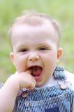 Un'età divertente del bambino di 9 mesi all'aperto Fotografie Stock Libere da Diritti