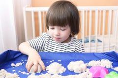 Un'età sveglia del ragazzino di 2 11 anno di sabbia cinetica dei giochi a casa Fotografia Stock Libera da Diritti