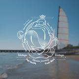 Un'etichetta di due marmaids sulla foto blured con il mare e la nave Immagine Stock Libera da Diritti