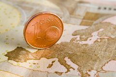 Un euro cent sur un billet de banque Photo libre de droits