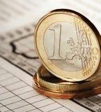 Un euro en el periódico Imagenes de archivo