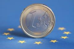 Un euro sulla bandiera di Unione Europea Fotografie Stock