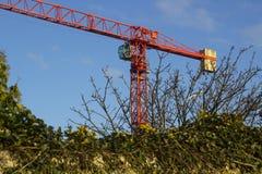 Un exemple d'une grue à tour statique en service sur un projet de construction au comté vers le bas Irlande du Nord de Ballyholme Image libre de droits