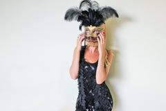Un extranjero misterioso en la máscara veneciana adornada con oro y plumas Imagen de archivo libre de regalías