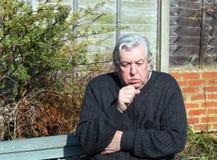 Homme avec un froid et une toux. Photographie stock libre de droits