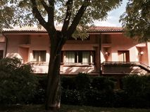 Un façade rose de bâtiment photo libre de droits