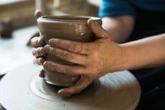 Un fabricant et un ceramicist de dentelle cr?er l'illustration photos stock