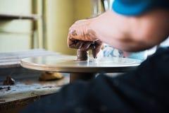 Un fabricant et un ceramicist de dentelle cr?er l'illustration image libre de droits