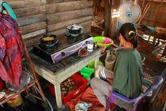 Un fabricante del sur t?pico de la torta de Kalimantan Bingka en Banjarmasin al cocinar fotos de archivo
