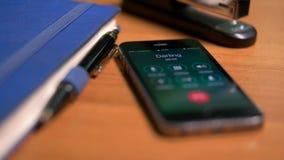 Un faire appel à la maman de téléphone, papa, soeur, favori clips vidéos