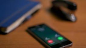 Un faire appel à la maman de téléphone, papa, soeur, favori banque de vidéos