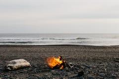 Un falò alla spiaggia fotografie stock libere da diritti