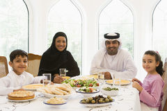 Un famille du Moyen-Orient appréciant un repas photos stock