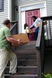 Un famille entrant dans la nouvelle maison Image stock