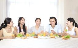 Un famille et un breakfirst heureux photographie stock libre de droits