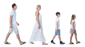 Un famille heureux avec deux enfants marchant dans une ligne Photos libres de droits