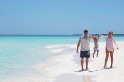 Un famille heureux sur la plage Photos stock