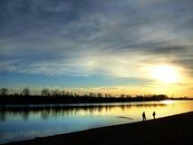 Un famille sur le coucher du soleil Photo stock
