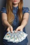 Un fan di 100 banconote del dollaro in mani della donna Immagine Stock Libera da Diritti
