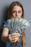 Un fan di 100 banconote del dollaro in mani della donna Immagini Stock Libere da Diritti