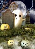 Un fantasma amichevole dello strato dietro i bordi della pietra tombale dalle zucche di Halloween in un cimitero fotografia stock libera da diritti