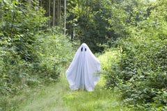 Un fantasma blanco en bosque Imagenes de archivo