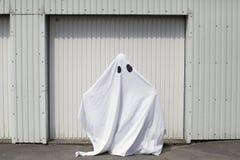 Un fantasma delante de una puerta del garaje Fotografía de archivo