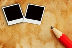 Un farme di due foto su vecchia carta con la matita Fotografie Stock Libere da Diritti