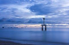 Un faro nel mare Fotografie Stock Libere da Diritti