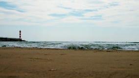 Un faro segna l'entrata ad un litorale, archivi video