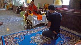 Un fedele in un tempio a Bangkok video d archivio