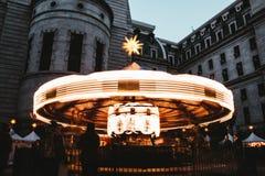 Un feliz brillante circunda el movimiento rápido en un carnaval imagen de archivo