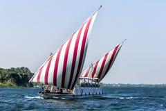 Un felucca navigue vers le haut de la rivière le Nil vers Kom Ombo Égypte Photographie stock libre de droits