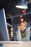 Un femme à son ordinateur Photographie stock libre de droits