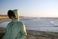 Un femme à une mer très venteuse photographie stock