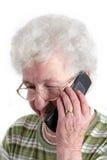 Un femme aîné avec le téléphone portable Image stock