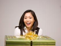 Un femme asiatique et un cadeau photographie stock libre de droits