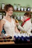 Un femme avec un froid fait des emplettes pour un remède Photos stock