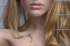 Un femme blond sensuel scrute à l'extérieur de dessous le Br Photos stock