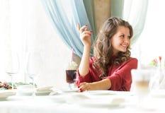 Un femme dans un restaurant Photos libres de droits