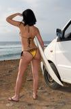 Un femme de surfer recherchant des ondes Images libres de droits