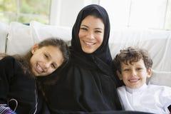 Un femme du Moyen-Orient avec ses enfants photos stock