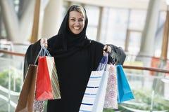 Un femme du Moyen-Orient dans un centre commercial Images libres de droits