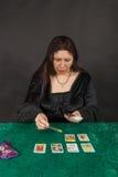 Un femme est des cartes de tarot du relevé Photos stock