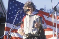 Un femme joue l'accordéon Photographie stock libre de droits