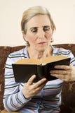 Un femme plus âgé affichant un livre Image libre de droits